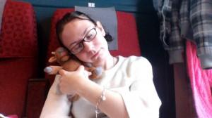 Både hon och jag tycker att en tupplur på tåget är fin-fint!