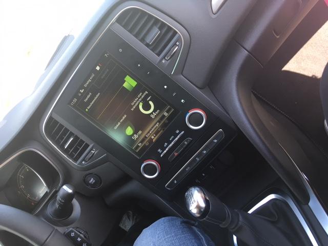 Stor fin skärm i bilen där det gömmer sig massa finesser.