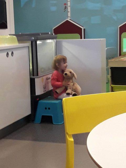 Dottern leker glassvakt.